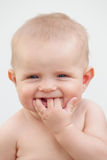 Pequeño bebé de seis meses con los ojos azules y el pelo rubio Fotografía de archivo libre de regalías