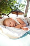 Pequeño bebé dormido en un salón de la calesa Imagenes de archivo