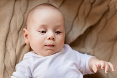 Pequeño bebé dulce que miente en la manta hecha punto fotografía de archivo libre de regalías