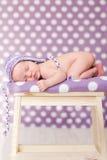 Pequeño bebé, durmiendo en una silla Fotografía de archivo libre de regalías