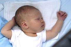 Pequeño bebé en cama Imágenes de archivo libres de regalías