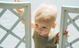 Pequeño bebé en cuidado de día illusytration con las nubes, el sol y el cochecillo   fotos de archivo