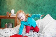 Pequeño bebé en el cuarto 2-3 años El concepto de childhoo Fotografía de archivo