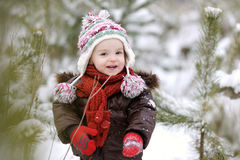 Pequeño bebé en el invierno imagen de archivo