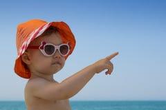 Pequeño bebé en gafas de sol en la playa Fotos de archivo