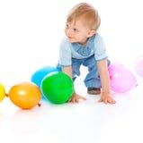 Pequeño bebé en globos fotografía de archivo libre de regalías