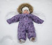 Pequeño bebé en la nieve Foto de archivo