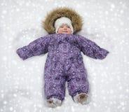 Pequeño bebé en la nieve Foto de archivo libre de regalías