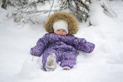 Pequeño bebé en la nieve Imágenes de archivo libres de regalías