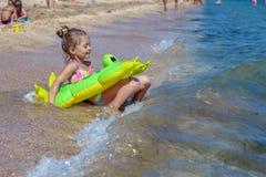 Pequeño bebé en la playa Imagen de archivo