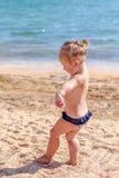 Pequeño bebé en la playa Fotos de archivo libres de regalías