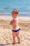 Pequeño bebé en la playa Fotos de archivo