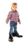 Pequeño bebé en los zapatos del padre fotografía de archivo