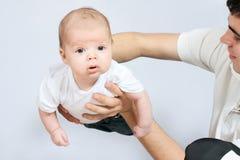 Pequeño bebé en manos del padre Fotos de archivo libres de regalías