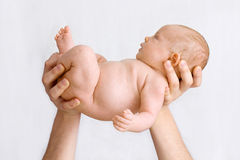 Pequeño bebé en manos del padre Imágenes de archivo libres de regalías