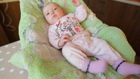 Pequeño bebé en pañales en la hoja verde almacen de video