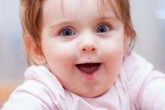 Pequeño bebé en un fondo azul Emociones positivas Fotografía de archivo