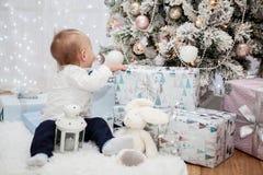 Pequeño bebé en un interior festivo del ` s del Año Nuevo Fotos de archivo