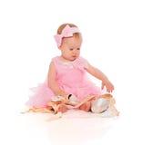 Pequeño bebé en un vestido rosado de la bailarina con los zapatos del pointe Fotografía de archivo