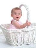Pequeño bebé en una cesta grande fotos de archivo