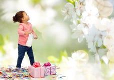 Pequeño bebé feliz con los presentes de cumpleaños Fotografía de archivo libre de regalías