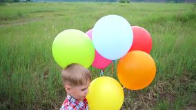 Pequeño bebé feliz, diversión que juega con los globos Reconstrucción al aire libre Celebración y diversión metrajes