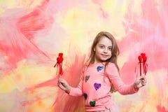 Pequeño bebé feliz que lleva a cabo corazones rojos decorativos del día de tarjetas del día de San Valentín Fotos de archivo