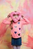 Pequeño bebé feliz que lleva a cabo el corazón rosado decorativo del día de tarjetas del día de San Valentín Imagen de archivo