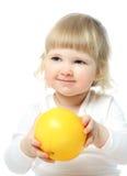 Pequeño bebé feliz que sostiene el pomelo grande fotos de archivo libres de regalías