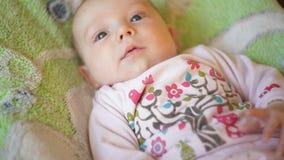 Pequeño bebé hermoso que miente en la cama metrajes