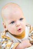 Pequeño bebé lindo con el asombro en su cara fotografía de archivo libre de regalías