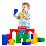 Pequeño bebé lindo con el bloque hueco colorido Fotografía de archivo libre de regalías