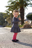 Pequeño bebé lindo con las galletas Imagenes de archivo
