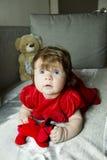 Pequeño bebé lindo con los juguetes imagenes de archivo