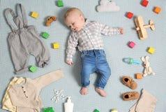 Pequeño bebé lindo con ropa y accesorios en la manta del color fotos de archivo libres de regalías