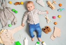 Pequeño bebé lindo con ropa y accesorios en la manta del color foto de archivo