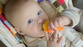 pequeño bebé lindo de alimentación con la recortadora de chapas, primer imagenes de archivo