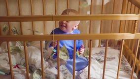 Pequeño bebé lindo debajo de una lluvia del dólar en cama Concepto de herencia almacen de metraje de vídeo