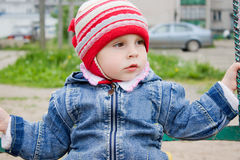 Pequeño bebé lindo en el oscilación Fotos de archivo libres de regalías