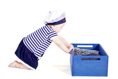 Pequeño bebé lindo en jugar de la moda del marinero fotos de archivo libres de regalías