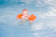 Pequeño bebé lindo en piscina Foto de archivo libre de regalías