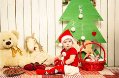 Pequeño bebé lindo feliz en la Navidad Fotos de archivo