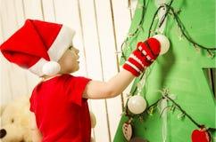 Pequeño bebé lindo feliz en la Navidad Fotos de archivo libres de regalías