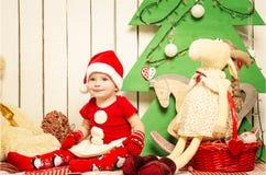 Pequeño bebé lindo feliz en la Navidad Foto de archivo