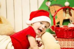 Pequeño bebé lindo feliz en la Navidad Imagen de archivo