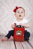 Pequeño bebé lindo que juega con la amoladora de café imágenes de archivo libres de regalías