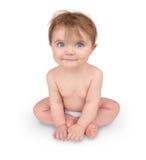 Pequeño bebé lindo que se sienta en blanco imagen de archivo