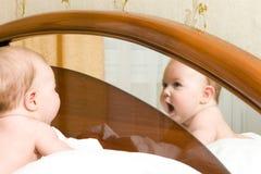 Pequeño bebé, mirando a un espejo Fotos de archivo