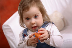 Pequeño bebé perjudicado feliz Fotos de archivo