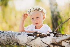 Pequeño bebé precioso con la guirnalda Fotografía de archivo